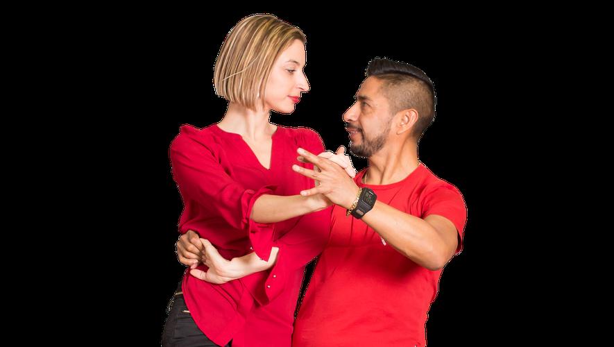 Alvaro, l'organisateur de la soirée, et Cindy, sa partenaire pour une salsa-bachata enflammée !
