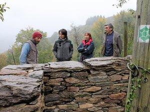 Des murs en pierre sèche ont été érigés pour être en harmonie avec la réserve régionale.