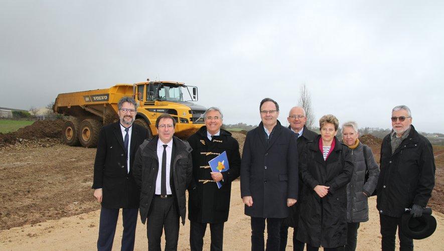 Les élus du conseil départemental et de la ville d'Onet au moment de donnerle coup d'envoi du chantier.