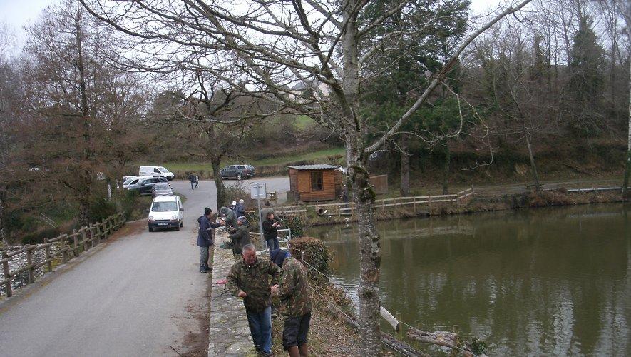 L'étang de Roupeyrac a été  pris d'assaut par les pêcheurs