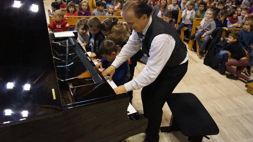 Fabrice fait partager son piano et le blues aux enfants.