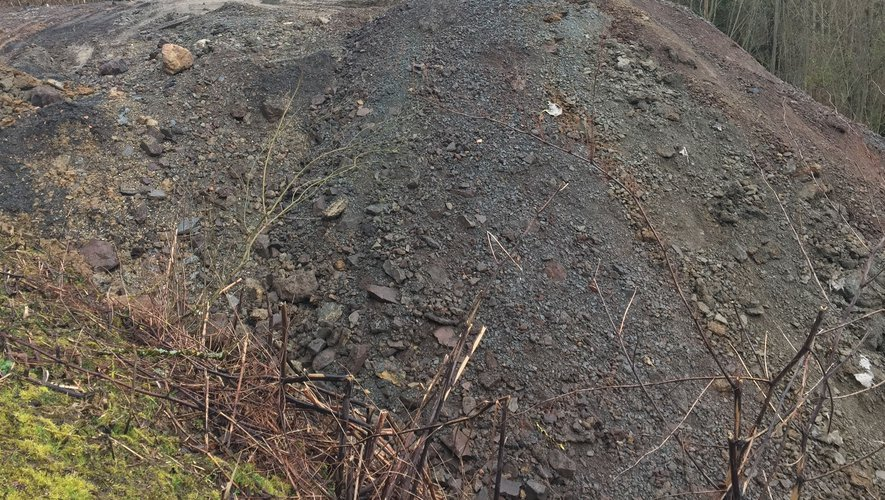 Le talus de déchets de la décharge de La Croix-du-Broual interpelle Jean-Louis Calmettes.