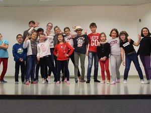 Les enfants avec Alexandra Sych à la salle des fêtes.
