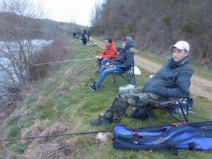 Mathieu, Tom et Milan, trois jeunes pescofis sur les berges du lac de La Brienne au lever du jour.
