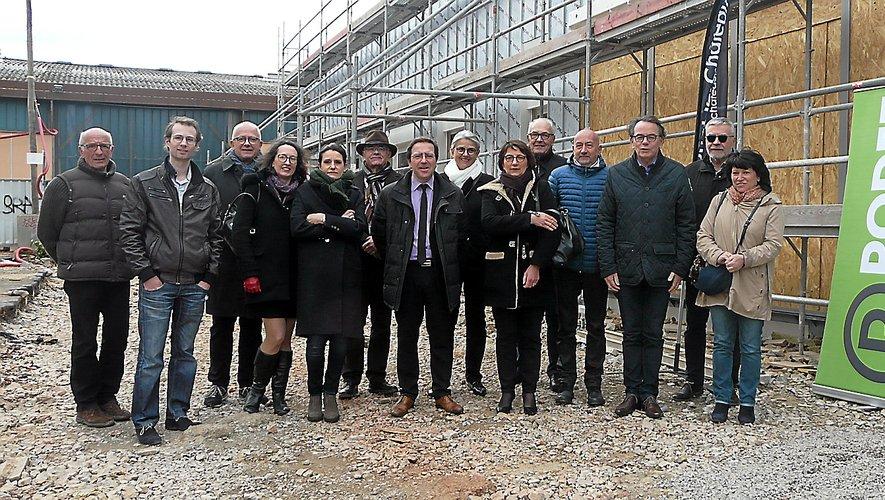 Professionnels de santé et élus lors de la visite de chantier.