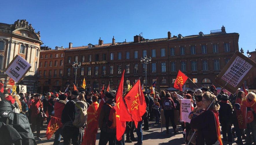 Le 17 février à Toulouse, près de 3 000 personnes manifestaient à l'appel du Centre régional des enseignants d'occitan (CREO) pour « rétablir et maintenir  ces heures spécifiques ».