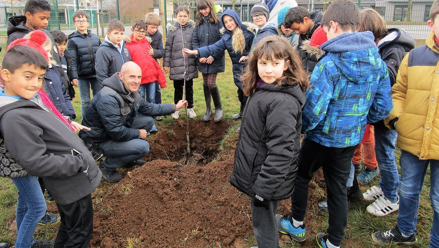 Sylvie Lopez et Olivier Dupin entourés des jeunes jardiniers.