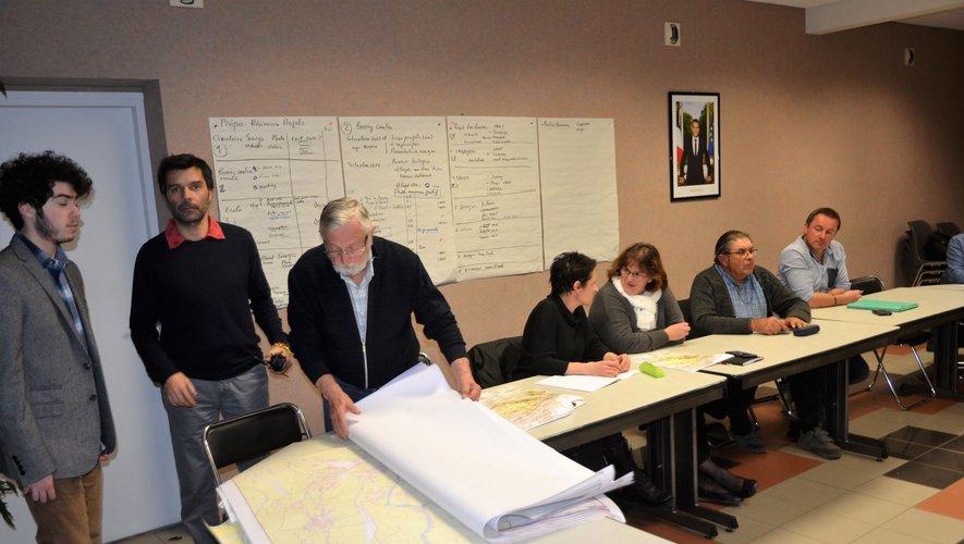 Lors d'une réunion de travail avec les intervenants et les élus.