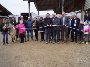 Membres du club, conseil municipal et partenaire lors de l'inauguration.