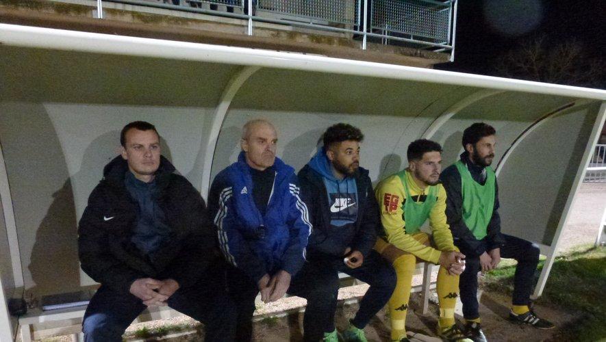 Remplaçants et entraîneurs de l'équipe fanion.