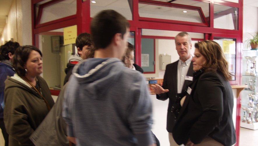 Beaucoup de questions de futurs lycéens et de parentsau lycée Raymond-Savignac.