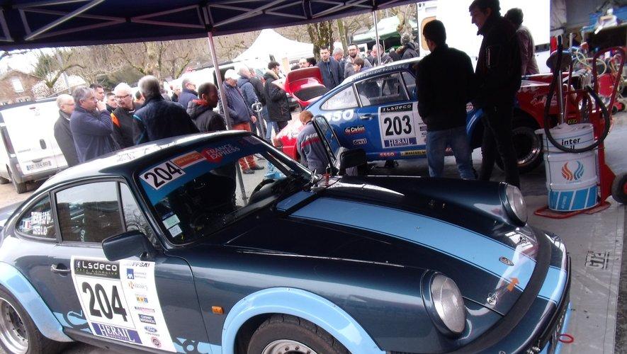 Des anciennes voitures sur le rallye