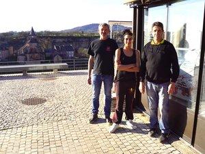 Jérôme, Elodie et Michel devant leur établissement.