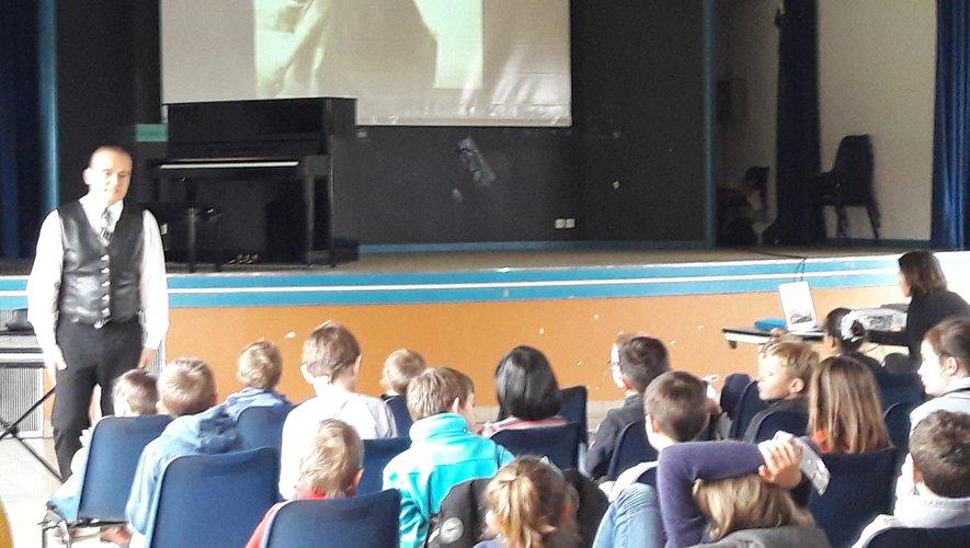 Les enfants ont pu appréhender la naissance puis l'évolution du blues avec des extraits musicaux en liveou sur écran comme ici avec Minnie Memphis.
