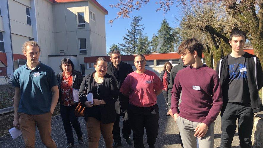Escortée par les élèves du lycée Raymond-Savignac.