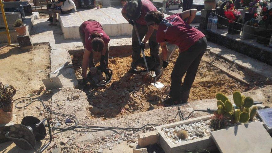 En août dernier, l'exhumation des corps des fosses a débuté.