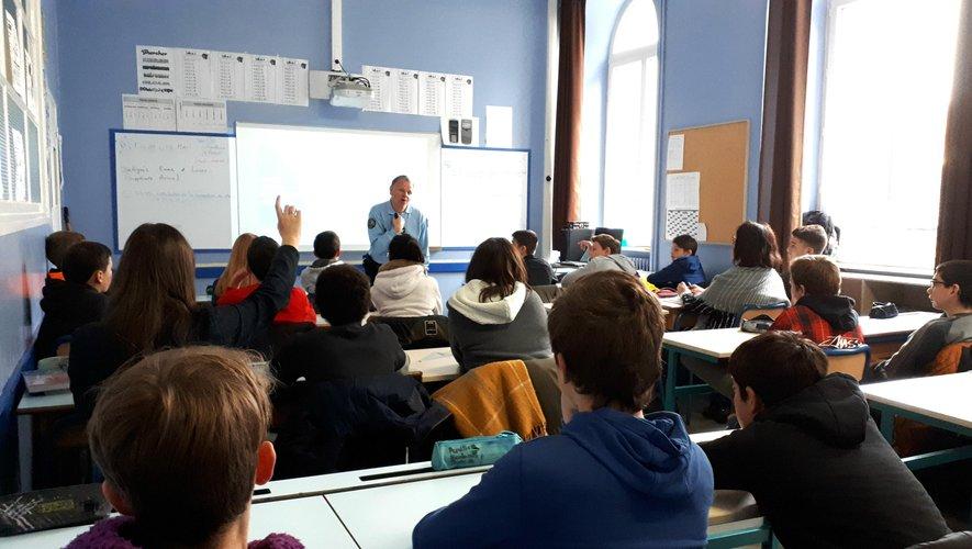 Des élèves attentifs aux enseignements du gendarme Antoine.