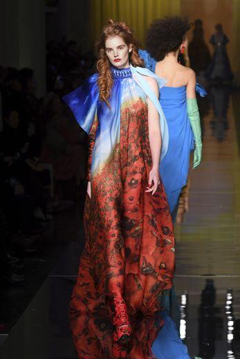 Pendant plusieurs saisons, Alexina Graham a essentiellement défilé pour la marque Etam et la maison Jean Paul Gaultier. Elle présente ici un look de la collection haute couture printemps-été 2017. Paris, le 25 janvier 2017.
