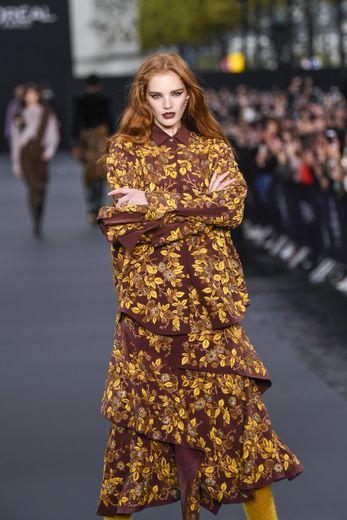 Egérie L'Oréal Paris, Alexina Graham a bien évidemment participé aux shows de la marque, organisés en marge de la Fashion Week de Paris. Ici sur l'avenue des Champs-Elysées. Paris, le 1er octobre 2017.