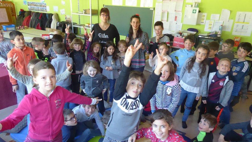 Les enfants réunis avant de participer aux jeux « La Course aux lettres » et « La capillarité ».