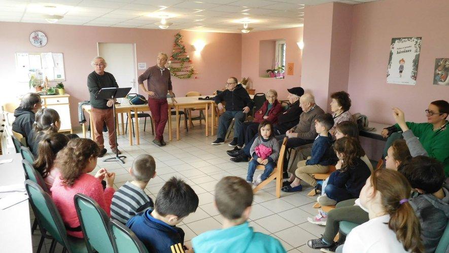 Enfants et résidants du foyer ont écouté avec beaucoup d'attention le poète B. Berchoud et le lecteur H. Robert.