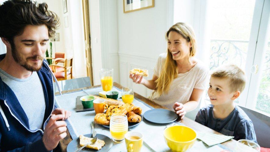 Une étude montre que les enfants et les adolescents qui petit-déjeunent sont plus susceptibles d'accepter leur corps, surtout s'ils partagent régulièrement ce repas avec un parent.
