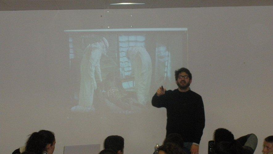 Thomas Huchon est spécialiste des théories du complot et réalisateur de documentaires d'investigation.