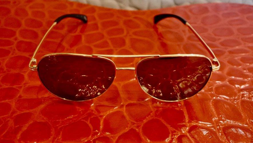 Billionaire signe une paire de lunettes de soleil en or pur.