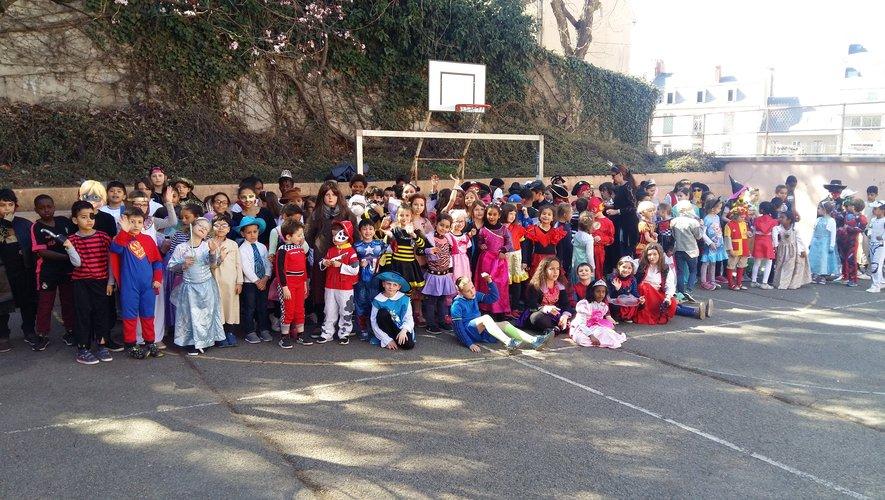 Plus de 150 écoliers prêts à défiler dans les rues du quartier de Saint-Cyrice.