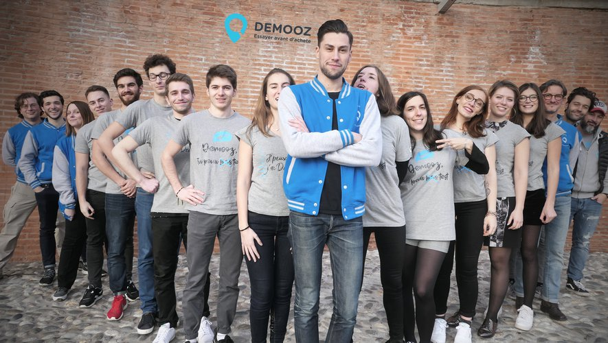 Geoffrey Vidal et son équipe sont actuellement hébergés chez At Home, une pépinière de start-up à Toulouse. Demooz possède également ses quartiers à Paris,  à la station F, le plus grand campus de start-up au monde de 34 000 m²,  créé par le fondateur de Free, Xavier Niel.