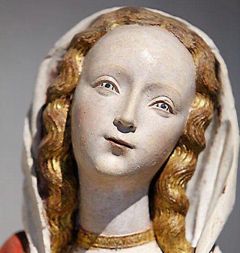 La Vierge du couvent des Annonciades vers 1520-1530.  Peut-être décorait-elle la chapelle du couvent des Annonciades consacrée en 1524 par l'évêque François d'Estaing. Cette statue, véritable chef-d'œuvre de grâce est visible au musée Fenaille.