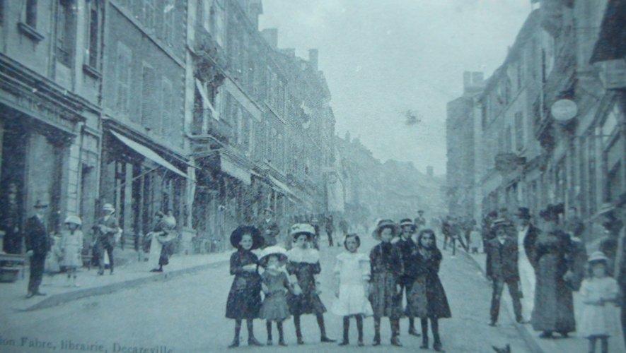 La rue Cayrade devient l'artère principale de la ville, abritant les commerces et les banques.