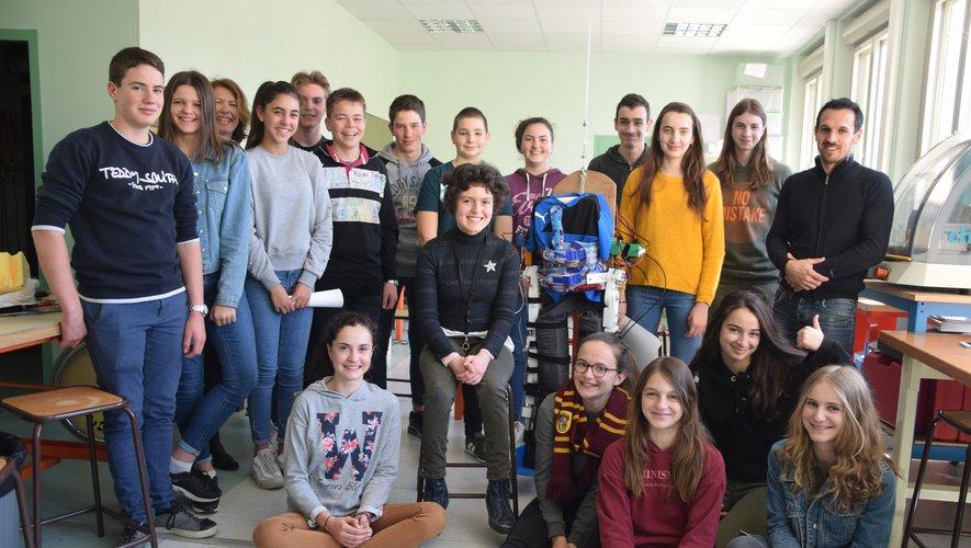 Les élèves entourant l'exosquelette avec les professeurs en technologie et d'anglais.