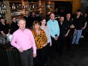 Autour du bar créé par l'ébéniste Jean-Marie Lacombe à Lioujas, toute l'équipe avec, au premier plan, Christian et Sylvie Gardes.