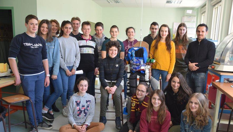 Les élèves entourant l'exosquelette.