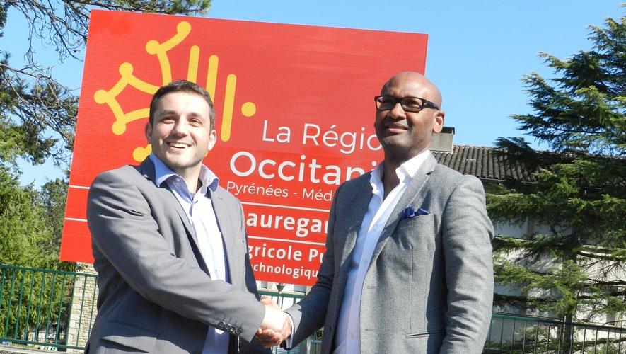 Une poignée de main entre le conseiller régional, Jean-Sébastien Orcibal, et le directeur du lycée, Saïd Lawal, pour marquer le résultat.