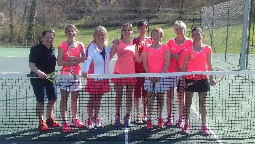 Les équipes dames des Tennis clubs du Vallon et d'Espalion.