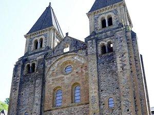 Il y a 1 200 l'abbaye de Conques fut créée sous le protectorat de Louis le Pieux, fils de Charlemagne.