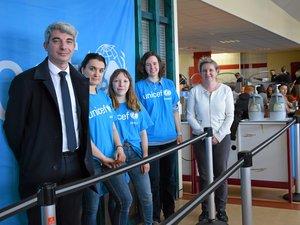 Les ambassadrices de l'Unicef, entourée du principal et de son adjoint à la cantine de Foch.