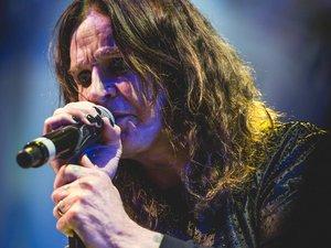 Le chanteur anglais Ozzy Osbourne a annoncé jeudi qu'il repoussait l'ensemble des dates de sa tournée 2019 à la suite d'une mauvaise chute