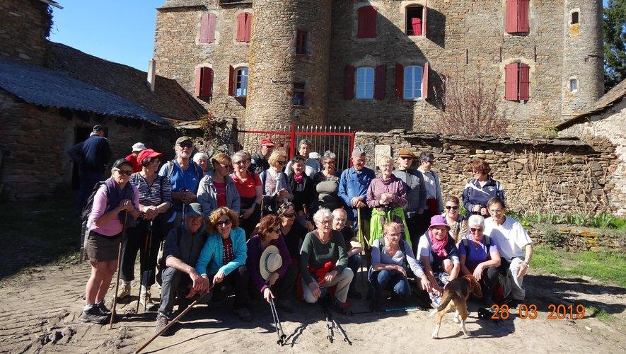 Les marcheurs auriacois devant le château des Crouzets.