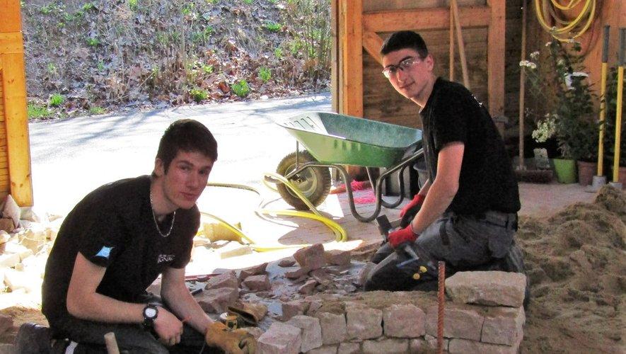 Toute la difficulté de tailler les pierres et d'aligner le muret !