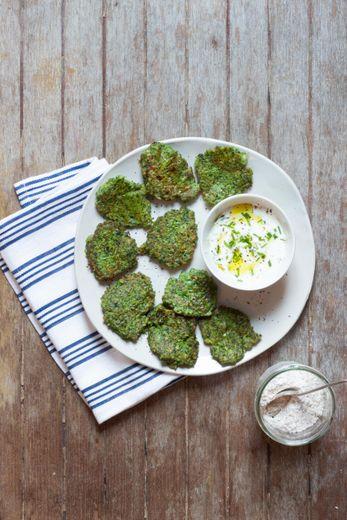 Galettes de brocolis et sauce yaourt aux herbes à la farine de blé tendre complète