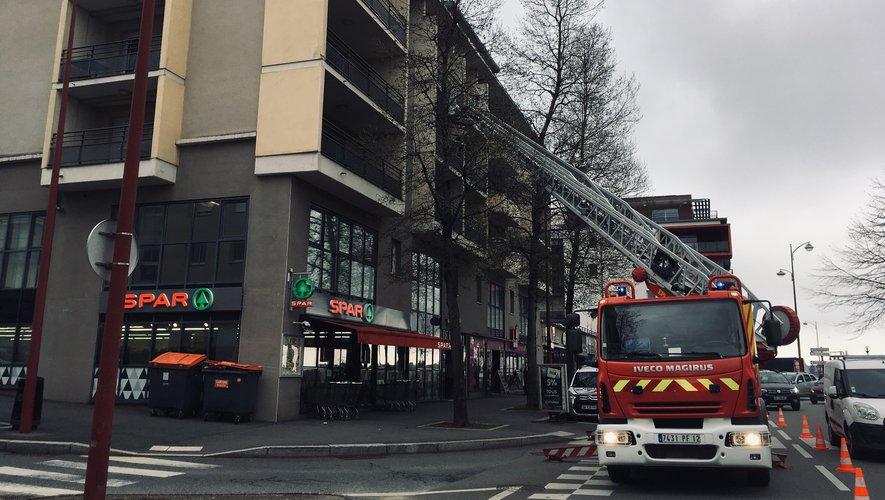 Les pompiers interviennent avec la grande échelle.
