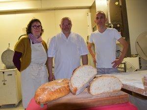 Depuis 2008, Philippe Colonges, au centre, est passé  à une production totalement  à base de farine Régalou.