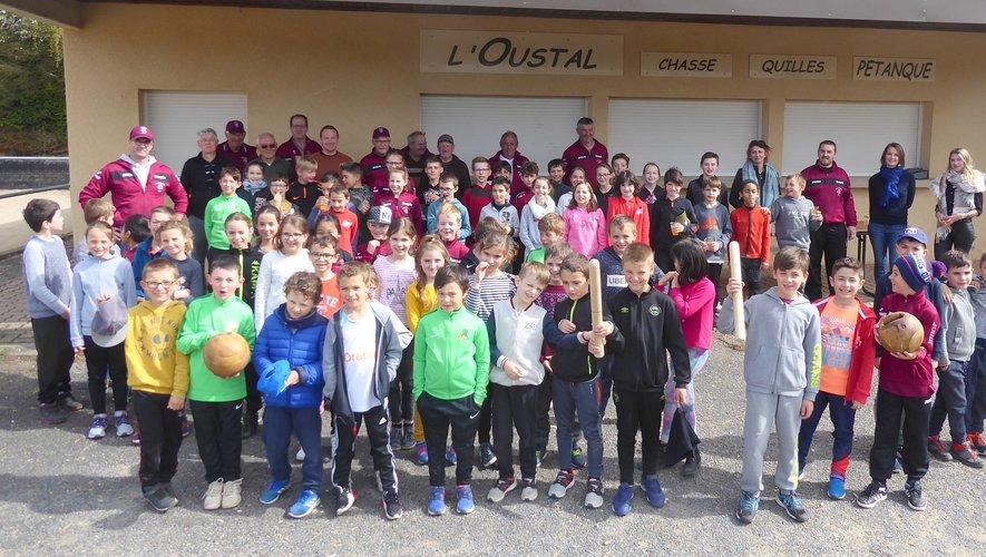 Les élèves de l'école St-Joseph et les éducateurs du Sport Quilles Luc réunis devant l'Oustal