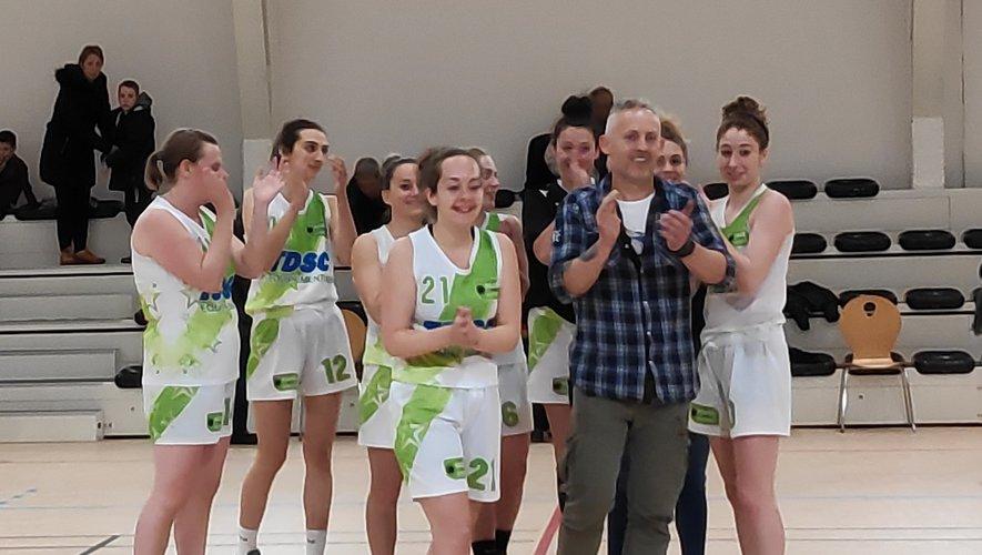 Les seniors filles II et leur coach Lionel laissent éclater leur joie au coup de sifflet final.