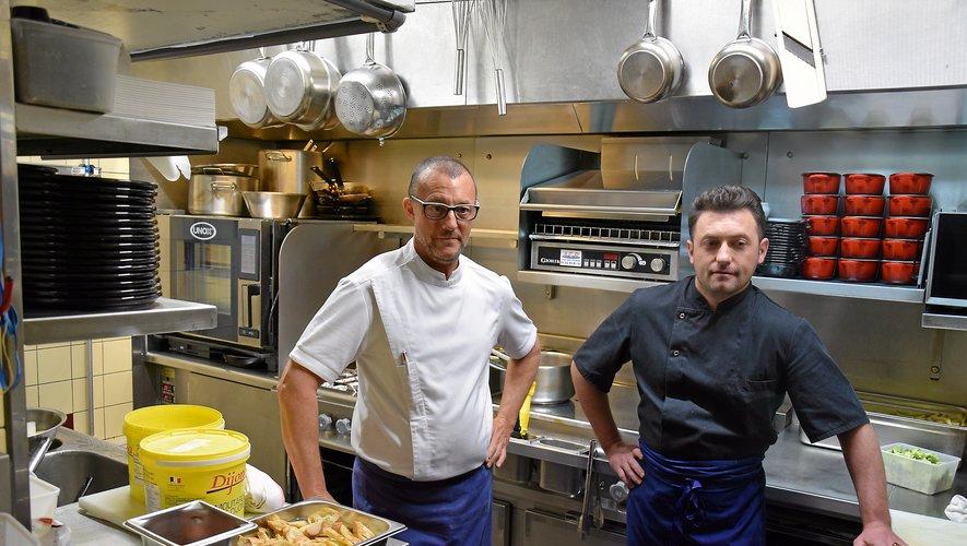 Le chef breton Philippe Leray (à gauche) œuvre en cuisine, en compagnie de son second Cyprien Mihoc, originaire de Roumanie.