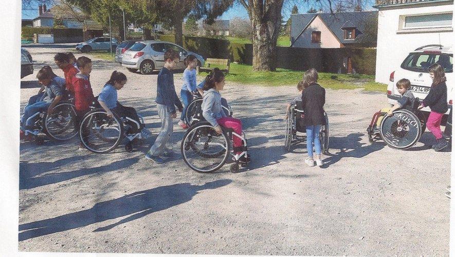 Les enfants ont utilisé des fauteuils roulants...  pour se rendre compte.