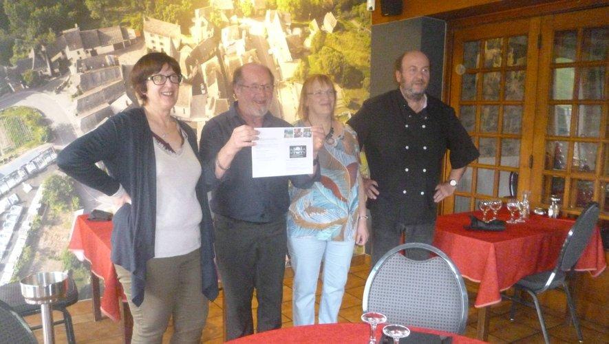 La remise du bon « week-end gourmand » au couple gagnantpar Patrick et Sylviedu « Relais de Prévinquières ».